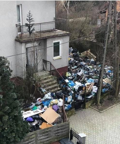 Zaśmiecona posesja przy ul. Pustej prezentuje się delikatnie pisząc mało estetycznie.