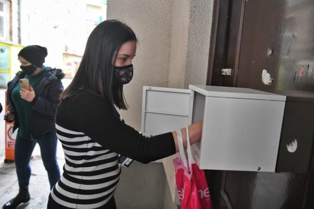 Skrzynka ze środkami menstruacyjnymi fundacji Akcja Menstruacja została w niedzielę, 7 marca oddana do publicznego użytku.Kolejne zdjęcie --->
