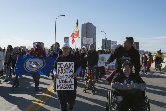 Protesty w 2014 roku w Minneapolis przeciw używaniu przez zespół z Waszyngtonu nazwy Redskins