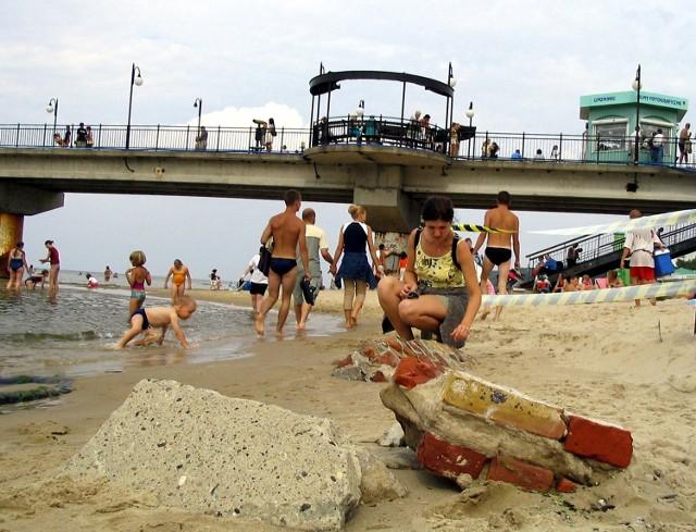 Ściana wyrastająca z plaży w Międzyzdrojach wzbudza zainteresowanie turystów. Może być jednak niebezpieczna dla - szczególnie młodszych - plażowiczów.