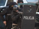 Gdyńscy antyterroryści zatrzymali podejrzanego o kierowanie gangiem sutenerów. Policja wyważyła drzwi i użyła granatów hukowych