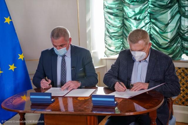 Podpisanie umowy na dofinansowanie zakupu karetki neonatologicznej przez prezydenta Białegostoku Tadeusza Truskolaskiego i dyrektora WSPR w Białymstoku Bogdana Kalickiego (10.03.2021 r.)