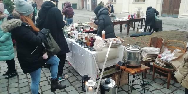 Jarmark świąteczny na dziedzińcu Synagogi pod bocianem we Wrocławiu.
