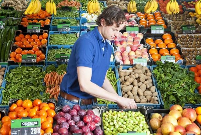 Jednym z impulsów do badania była ubiegłoroczna kontrola cen owoców i warzyw, m.in. w skupach i sklepach. Kontrolerzy z Inspekcji Handlowej zwrócili wtedy uwagę na dysproporcje pomiędzy stawkami, jakie otrzymuje rolnik, a ceną w sieciach handlowych. Na przełomie 2018 i 2019 roku urząd postanowił wnikliwie przyjrzeć się tej sprawie.