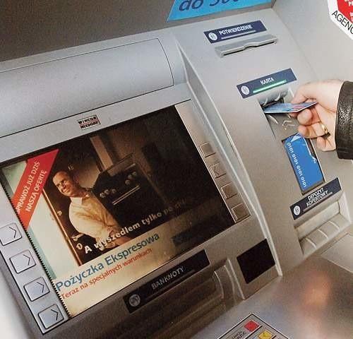 Warto przyjrzeć się uważnie bankomatowi, z którego korzystamy, a podczas wystukiwania PIN-U zasłonić klawiaturę ręką z góry, żeby nikt nie podejrzał numeru.