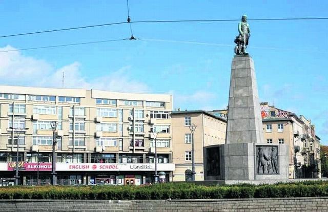 Jeśli pomysł chwyci, podstawa cokołu pomnika zamieni się w biało-czerwony szal.