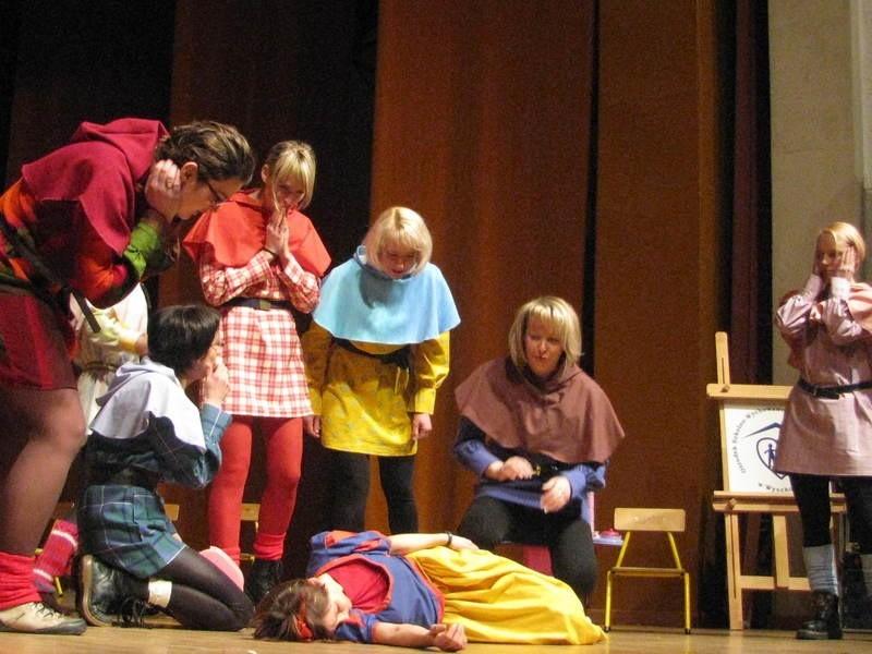 """Nauczyciele z Ośrodka dali popis swoich aktorskich umiejętności w bajce """"Królewna Śmieszka, czyli Forsycja"""""""