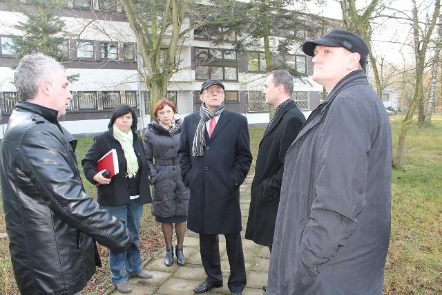 Spotkanie przedstawicieli władz wojewódzkich ze starostą Małgorzatą Tudaj. W tle budynek, który mógłby zostać wykorzystany na potrzeby filii WORD.