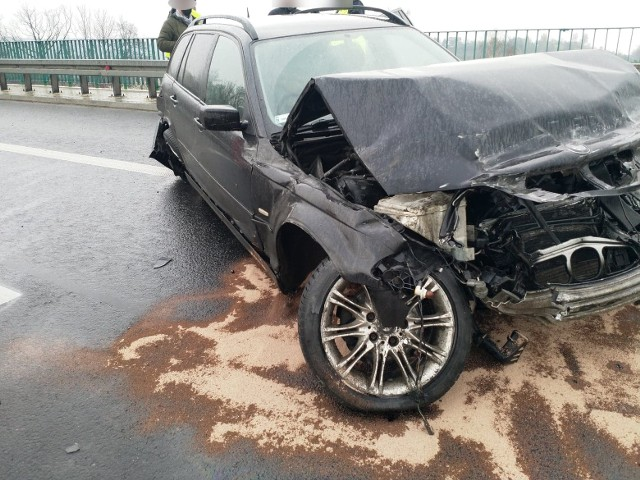 Samochód BMW uderzył w bariery na autostradzie w Balicach
