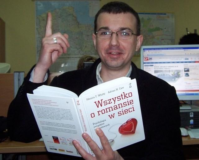 """Tomasz Kościuczuk z książką, która może podbudowę teoretyczną do """"Walentynek"""" w sieci."""