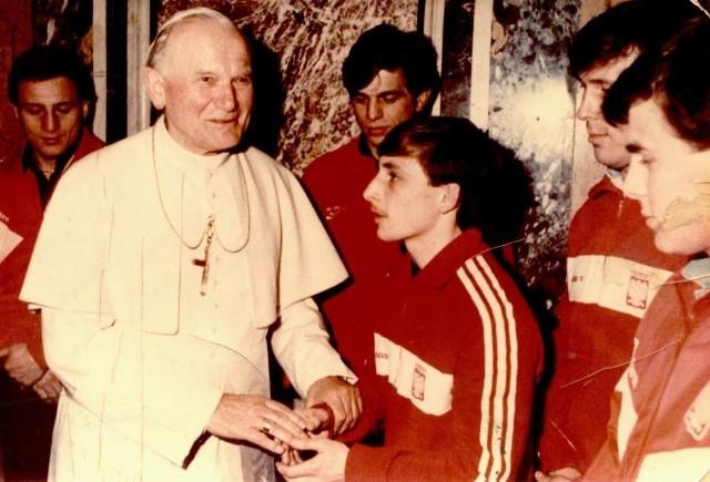 Andrzej Głąb (Cement Gryf Chełm) razem z kolegami z kadry Polski podczas audiencji u papieża Jana Pawła II