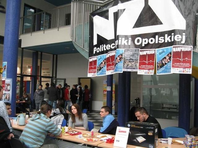 odbywa się w Łączniku Politechniki Opolskiej, przy ul. Mikołajczyka 16.