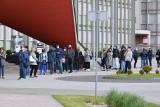 Setki ludzi w kolejce do mobilnego punktu szczepień w Kielcach! Trzeba czekać kilka godzin. Zobacz zdjęcia