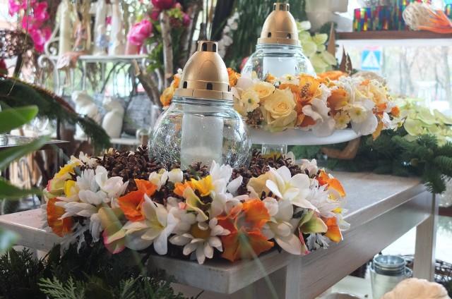 Ozdoby nagrobneWieńce zrobione m.in. z szyszek i kolorowych kwiatów bez dodatku zieleni. (Kompozycja kwiaciarni Zielona Gęś w Opolu)