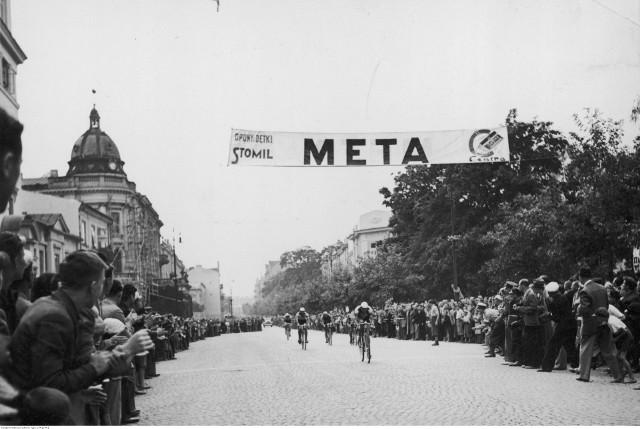 Zakończenie w Lublinie I etapu na trasie Warszawa - Lublin wyścigu kolarskiego Dookoła Polski. Kolarze na Krakowskim Przedmieściu mijają metę.