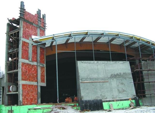 Zdjęcie przedstawia fragment budowy krytej pływalni w Hajnówce w listopadzie 2007 roku. Budowę tak oczekiwanego i potrzebnego hajnowianom obiektu rozpoczęto w roku 2006. Miała być oddana latem tego roku.