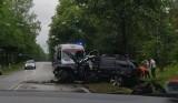 Pijany kierowca uderzył w drzewo. Droga była częściowo zablokowana