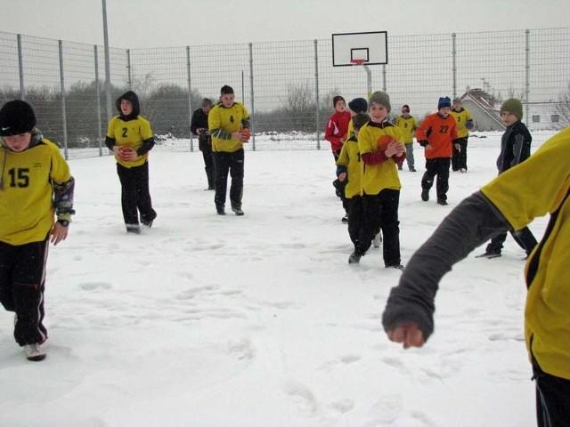 """Dzisiaj pierwszy zimowy """"trening"""" na szkolnym orliku przeprowadzili uczniowie SP 18"""