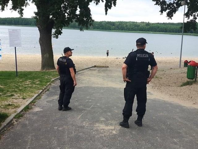"""Aby """"Bezpieczne Wakacje 2016"""" były naprawdę bezpieczne, wschowscy i sławscy policjanci monitorują stan bezpieczeństwa nie tylko na drogach, ale również odwiedzając dzieci i młodzież na obozach, półkoloniach. Nie zapominają o kontrolach terenów przywodnych, w szczególności sprawdzając dzikie kąpieliska.Mimo że aura nas nie rozpieszcza, sezon urlopowy w pełni. Na plażach naszych jezior każdego dnia można spotkać grupy wypoczywających osób. W ramach prowadzonych działań """"Bezpieczne Wakacje"""" wschowscy i sławscy policjanci odwiedzają zarówno nadzorowane plaże, jak i miejsca ustronne, spokojne tzw. dzikie kąpieliska. Rozmawiają z osobami, które przesiadują właśnie na takich malutkich, niestrzeżonych plażach. Przypominają im o zasadach bezpieczeństwa. Zwracają uwagę na osoby nietrzeźwe oraz takie, które swoim zachowaniem stwarzają zagrożenie dla siebie, jaki i innych osób. Policyjni wodniacy kontrolują osoby korzystające z różnego rodzaju sprzętu pływającego, przede wszystkim reagując na osoby niekorzystające z kamizelek asekuracyjnych oraz osoby znajdujące się pod wpływem alkoholu.Na lądzie wschowscy policjanci spotykają się z dziećmi i młodzieżą, które przyjeżdżają do nas z różnych województw w ramach obozów harcerskich i kolonii. W poniedziałek (18 lipca) policjanci odwiedzili zgrupowanie lubińskich zuchów w Wygnańczycach i grupę dzieci w Lginiu. Tematem przewodnim było szeroko rozumiane bezpieczeństwo, była to okazja do sprawdzenia warunków w jakich dzieci spędzają wakacje."""