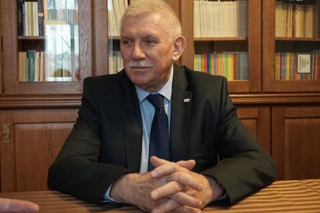Prof. Antoni Różalski, rektor UŁ, wydał zarządzenie przesuwające letnią sesję egzaminacyjną na przełom sierpnia i września 2020 r. >>> Czytaj dalej na kolejnym slajdzie >>>