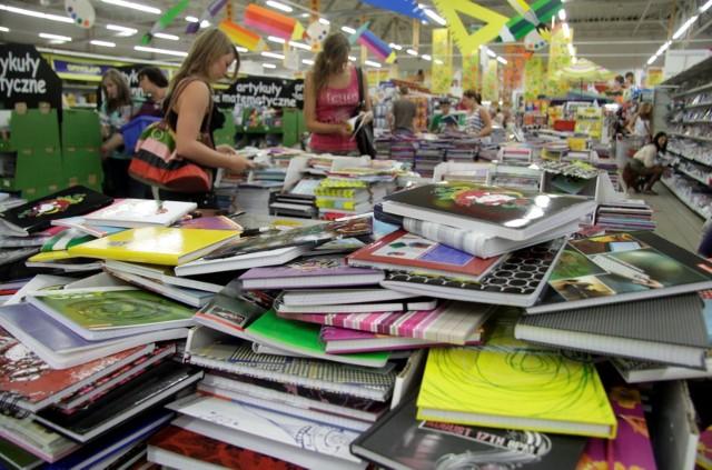 Podobnie jak w ubiegłym roku, prawie połowa rodziców (49%) będzie kompletować wyprawkę, łącząc zakupy w sklepach stacjonarnych i w Internecie. Optymalnym wyborem są więc dla nich marki obecne jednocześnie w kilku kanałach sprzedaży, które dodatkowo oferują możliwość złożenia zamówienia online i odbioru w sklepie.