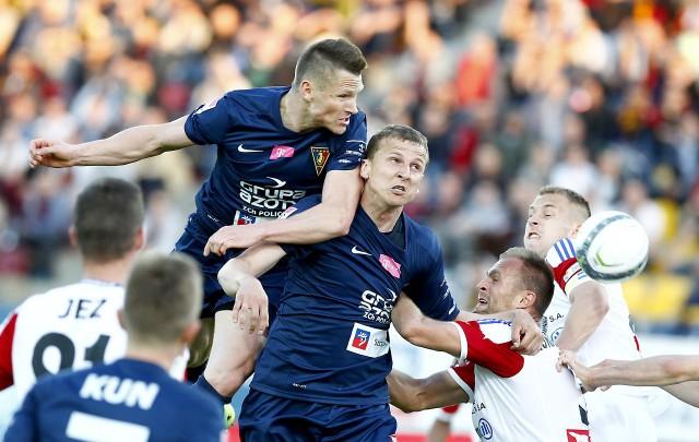 Marcin Robak (w wyskoku z lewej) wraca do kadry meczowej Pogoni, choć wcale nie jest pewne, że przeciwko Koronie zagra. Z prawej Maciej Dąbrowski, który do Kielc nie pojechał z powodu urazu.