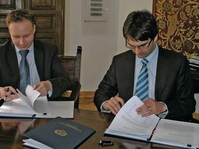 Prezes spółki PKS Sebastian Ramenda (z lewej) i burmistrz Roman Ptak popisali wczoraj umowę o autobusach dla Niepołomic Fot. Jolanta Białek