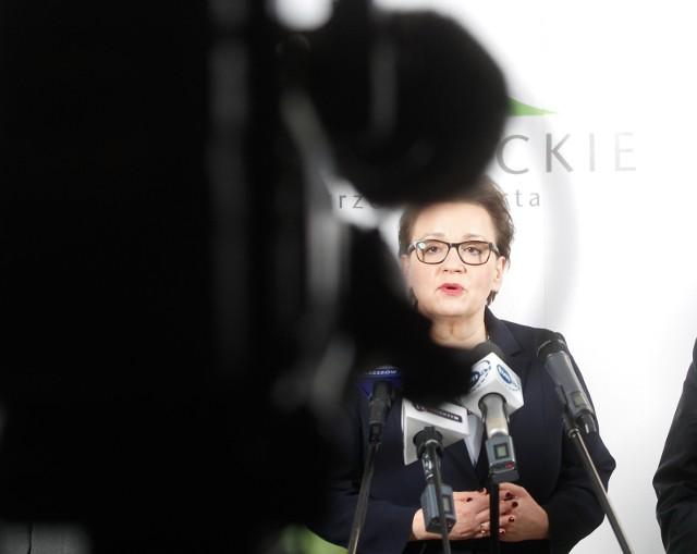 Anna Zalewska, minister edukacji, zapowiedziała dzisiaj w Rzeszowie: - W kwietniu pokażemy z panią premier, jakiej wysokości będą podwyżki dla nauczycieli oraz w jakich latach będą wypłacane.