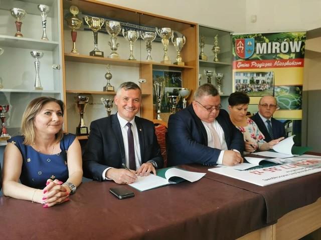 Umowy w sprawie dofinansowania podpisali: wicemarszałek Rafał Rajkowski (drugi z lewej) oraz wójt Artur Siwiorek (w środku).