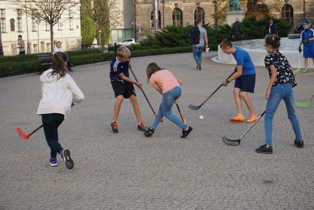 Ćwiczenia, gry i zabawy odbywają się głównie na szkolnych boiskach ze sztuczną nawierzchnią czy Orlikach, ale w latach minionych zajęcia dla młodzieży czy seniorów były też organizowane na placu Wolności w Poznaniu