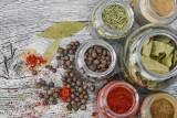 Przyprawy w kuchni. Dlaczego warto używać naturalnych przypraw i ziół [PORADNIK]