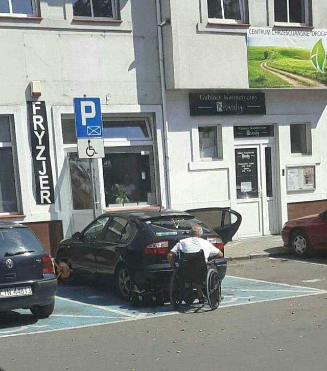 Straż miejska z Inowrocławia założyła blokadę na koła auta, które zaparkowano przy ulicy św. Mikołaja na miejscu dla niepełnosprawnych. Nasz Czytelnik był zaskoczony tą sytuacją. Kierowcą pojazdu była bowiem ewidentnie osoba niepełnosprawna
