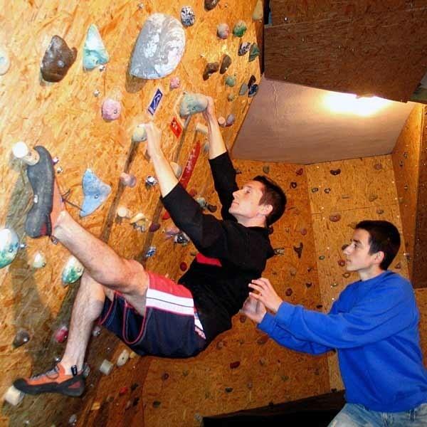 Nastolatki z Kańczugi mogą uprawiać swój ulubiony sport. Na zdjęciu: wspina się Michał Ormicki, asekuruje go Mateusz Szpilka.