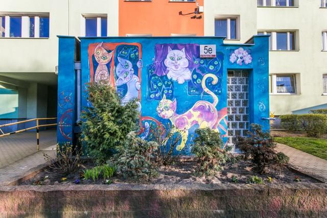 Gdańska Zaspa znana jest w całej Polsce ze swoich murali. Jednak zdobią ją nie tylko dzieła wielkoformatowe, ale i te mniejsze - jak choćby wyjątkowe, kolorowe wiatrołapy z ulicy Dywizjonu 303