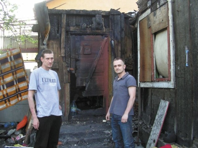 Od lewej Krzysztof Niczyporuk i Rafał Birycki, dwaj młodzi mężczyźni z Hajnówki, którzy uratowali człowieka z palącego się domu