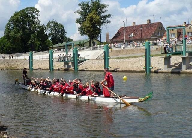 Z Nowej Soli do Głogowa pałeczkę przewiezie smocza łódź (fot. Jolanta Paczkowska)