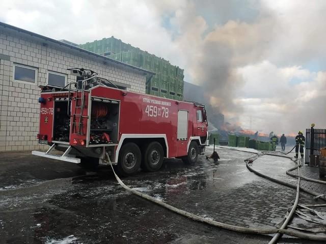 Strażacy walczyli z olbrzymim pożarem w gminie Warka ponad 6 godzin.