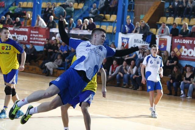 Tomasz Grzegorek (z piłką) jeszcze wiosną zdobywał bramki dla Kusego Szczecin w mistrzostwach Polski juniorów. Teraz 19-letniego obrotowego czekają występy w Superlidze.