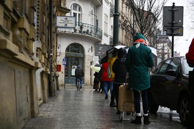 Do punktu sprzedaży biletów MPK przy ul. Podwale ustawia się długa kolejka.
