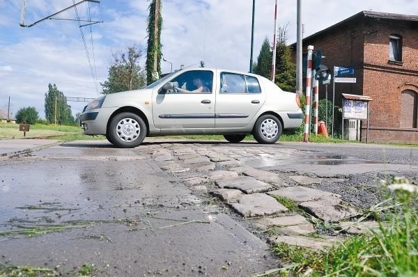 Przejazd kolejowy w Krasiejowie jest w fatalnym stanie. Sami mieszkańcy wsi cieszą się z jego remontu. (fot. Mariusz Jarzombek)