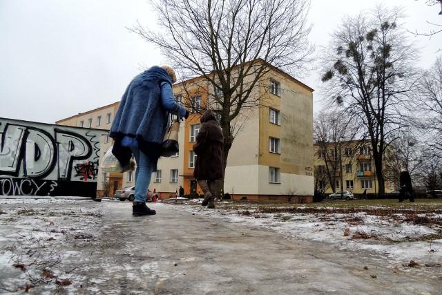 Gołoledź w Toruniu. Osoby starsze, jeśli nie muszą, lepiej aby nie wychodziły z domu