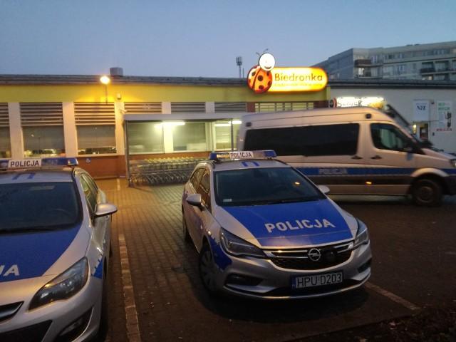 Krótko po godz. 15 została ewakuowana Biedronka przy ul. Łukaszewicza na poznańskich Łazarzu. Ktoś zawiadomił policję o możliwym podłożeniu ładunku wybuchowego. Zgłoszenie okazało się fałszywe, a jego nadawcy grozi do 8 lat więzienia. Funkcjonariusze już starają się go zidentyfikować.