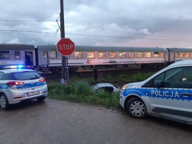 Wypadek pociągu relacji Suwałki - Kraków. W miejscowości Dąbrowa Łazy lokomotywa zderzyła się z samochodem. Ruch kolejowy został wstrzymany