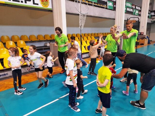 Zajęcia w Bialskiej Akademii Sportu odbywają się dla dzieci już od 2. roku życia. Nabór do grup odbywa się przez cały rok