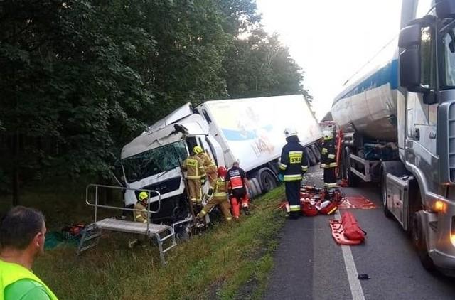 Cztery ciężarówki zderzyły się we wtorek wieczorem na DK11 na trasie Środa Wielkopolska - Jarocin. Do wypadku na DK11 doszło między Miąskowem a Brodowem. - Ranny został jeden z kierowców, którego uwolniono z kabiny przy pomocy sprzętu hydraulicznego. Następnie został przetransportowany do szpitala - informują strażacy z OSP Miąskowo.Przejdź do kolejnego zdjęcia --->