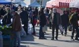 Niedzielny targ w Wierzbicy. Mnóstwo handlujących i kupujących. Zobacz zdjęcia!
