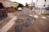 Dziury w drodze gruntowej na Podolanach w Poznaniu załatali... asfaltem. Zdjęcia ulicy są już hitem internetu!