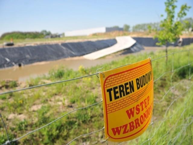 Prace przy zbiorniku na wodę deszczową przerwano prawie rok temu