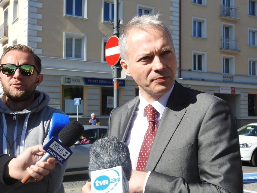 """Poseł PiS Jacek Żalek wyrzucony z TVN24 za słowa o LGBT. Prezydent stanął w jego obronie. """"LGBT to neobolszewizm"""""""