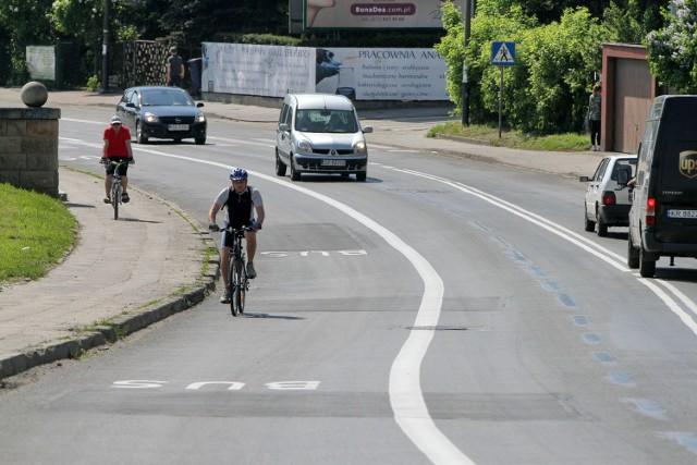 Rowerzyści bojąc się o swoje bezpieczeństwo nielegalnie jeżdżą chodnikiem lub buspasem